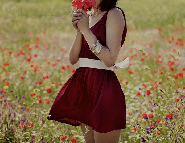 Девушка с каре брюнетка с цветами